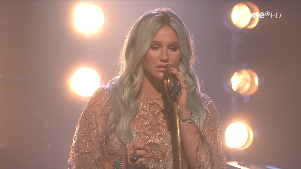 Kesha_-_Jimmy_Fallon_720p_2017_08_10.00_00_22_10.Still002.jpg