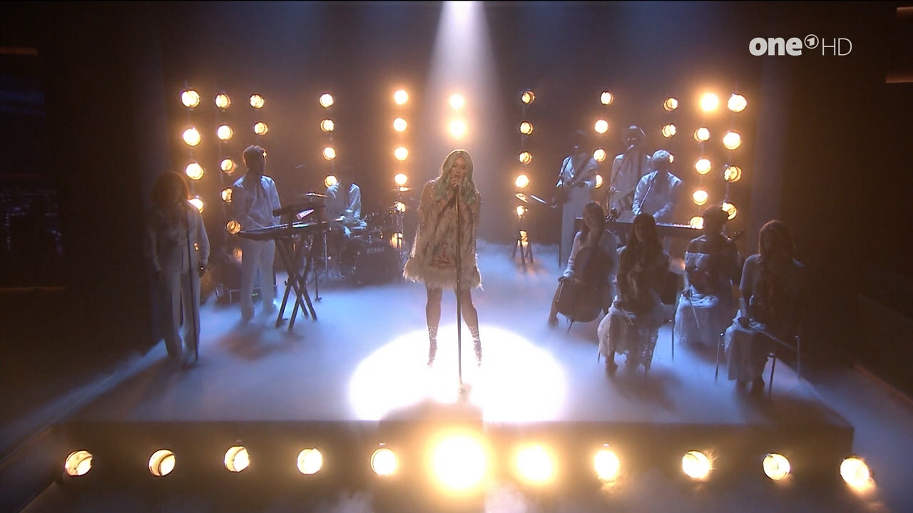 Kesha_-_Jimmy_Fallon_720p_2017_08_10.00_00_09_09.Still001.jpg