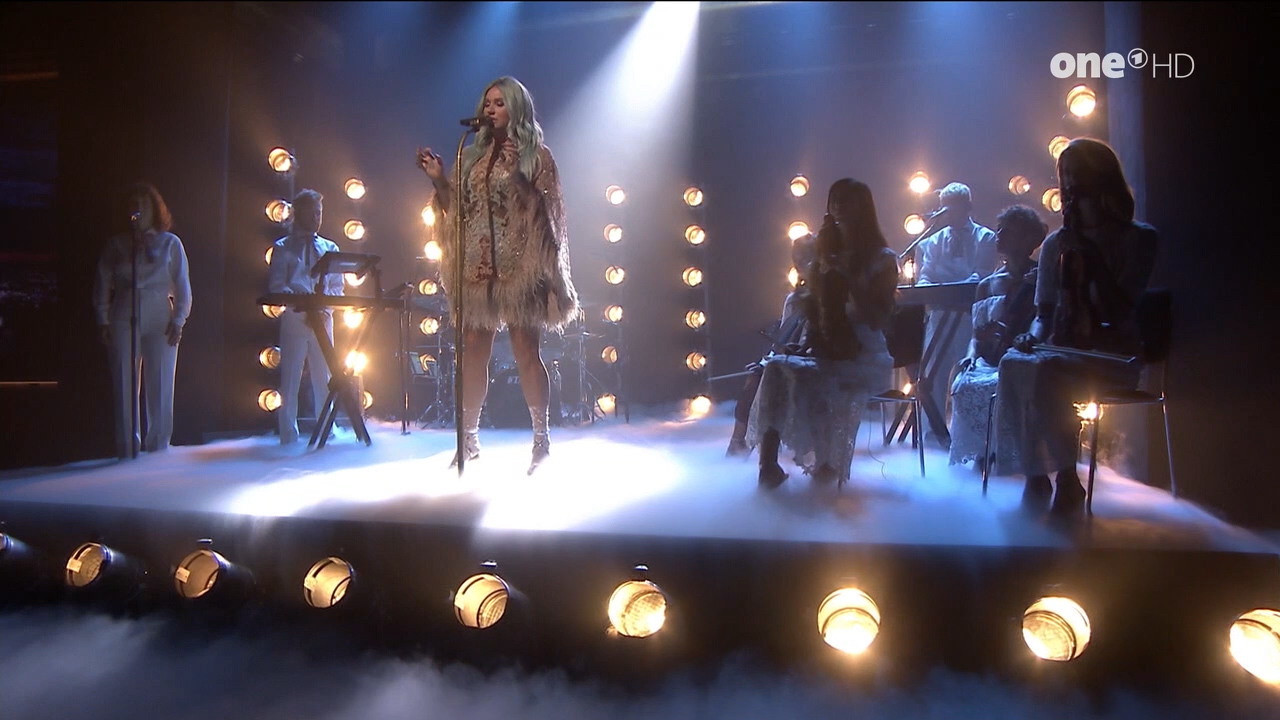 Kesha_-_Jimmy_Fallon_720p_2017_08_10.00_00_25_12.Still003.jpg