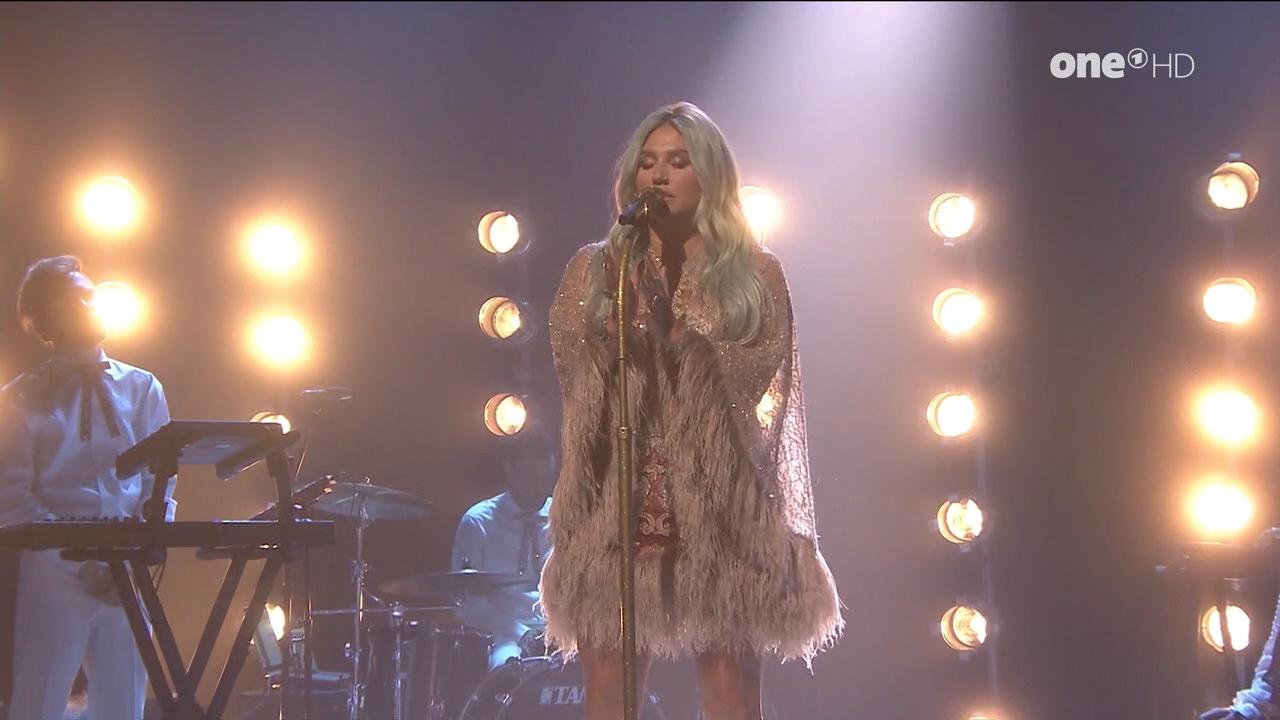 Kesha_-_Jimmy_Fallon_720p_2017_08_10.00_00_51_20.Still005.jpg