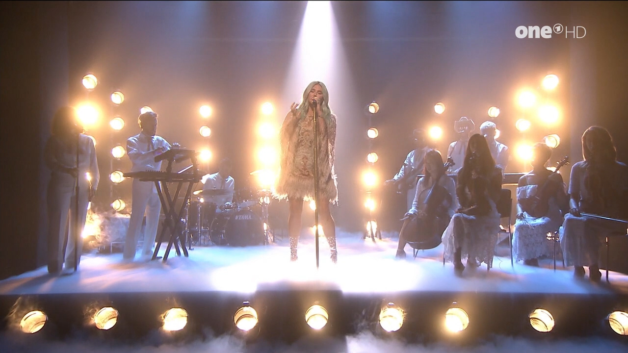 Kesha_-_Jimmy_Fallon_720p_2017_08_10.00_01_06_35.Still006.jpg